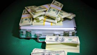 TLMD-billete-dinero-maletin-dolares-shutterstock_363455921-portada