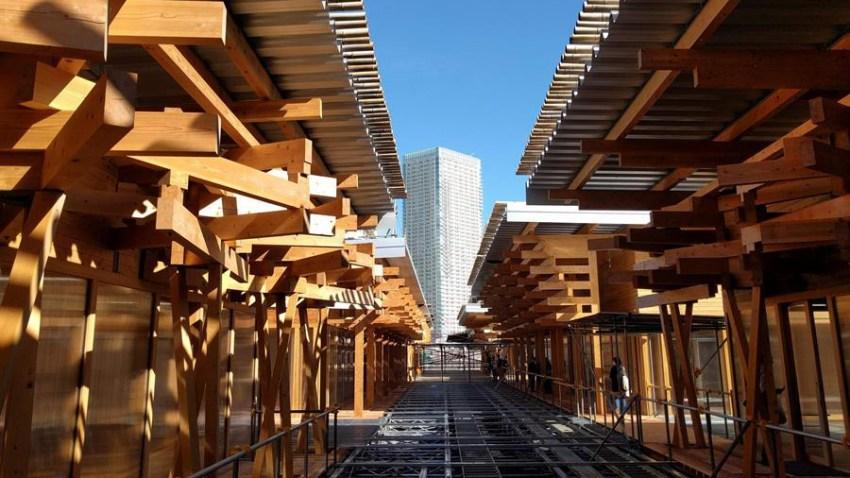 Vista exterior de la Plaza de la Villa Olímpica, un complejo realizado con madera reciclable y técnicas tradicionales japonesas de construcción que será el principal espacio de ocio y servicios para los atletas de los JJOO de 2020 en Tokio, Japón.