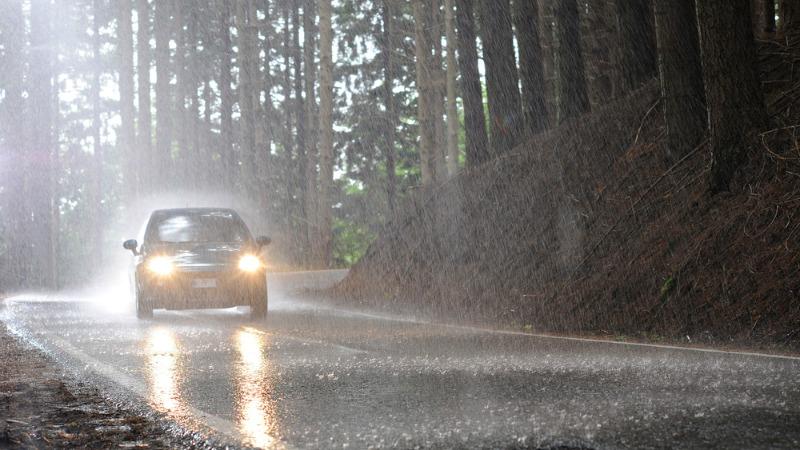 TLMD-lluvia-luces-carro-encendidas-shutterstock_181255835