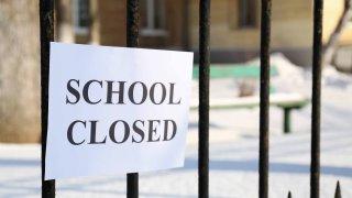 Fotografía genérica de una escuela cerrada.