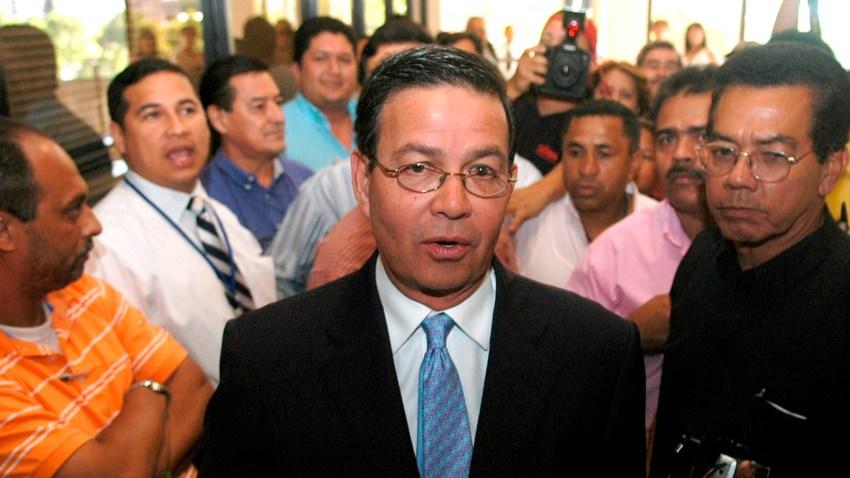 Fotografía de archivo fechada el 20 de septiembre de 2006 del ex presidente de Honduras Rafael Callejas (c) en Tegucigalpa (Honduras).