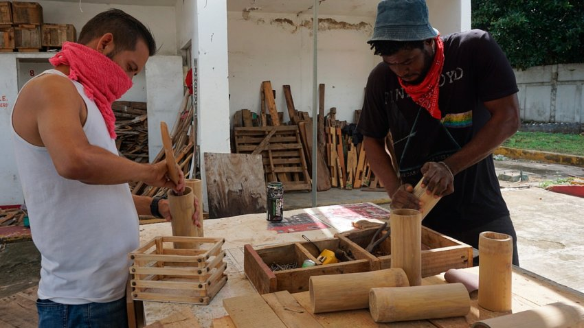 Migrantes realizan artesanías con bambú en Chiapas