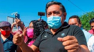 Candidato de Morena a gobernador de Guerrero rodeado de gente