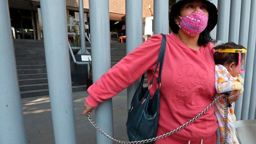 Activista se encadena en oficina de la fiscalía.