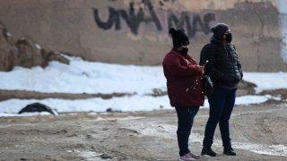 Dos personas caminan en Ciudad Juárez