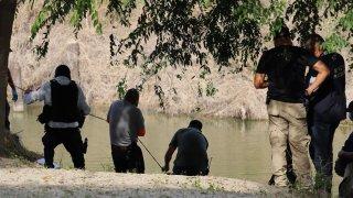 Protección Civil rescantando a un niño migrante que fue encontrado muerto