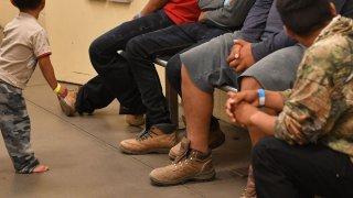 ICE confirma acuerdo con hoteles para dar alojamiento temporal a migrantes en Arizona