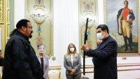Así Nicolás Maduro maniobra espada de samurái que le regaló el actor Steven Seagal
