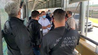 Personal de la Fiscalía de México recibe a un hombre detenido en EEUU