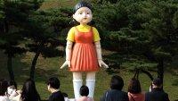 """Video: crean una réplica exacta de la muñeca de """"El juego del calamar"""""""