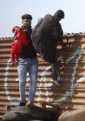 TLMD-mexico-tijuana-frontera-familia-cruza-con-ninos-las-torres-san-diego-EFE-636565493239480323w