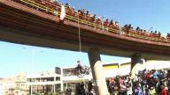 Protestan en silla de ruedas y se cuelgan de puente