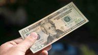 Cómo identificar dólares falsos, según la policía
