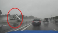 Un video capturó el dramáticomomento en que un camion se estrella contra la barrera divisoria de la autopista 91, en el Condado...