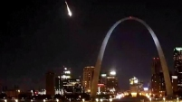 El meteorito fue grabado mientras surcaba el cielo en St. Louis, Missouri.