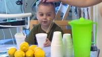 Un niño enfrenta una situación desesperada. Él ha estado viviendo en el hospital durante semanas mientras espera a un donante.