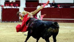 Impactantes cornadas: el mismo toro manda a dos al hospital