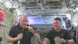 Astronautas comen pavo en el espacio