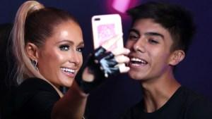 """Paris Hilton toma las """"selfies"""" con sus fans en la Ciudad de México"""