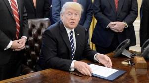 Trump apunta a conservadores por fracaso legislativo