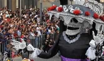 Difuntos regresan y pasean por Ciudad de México