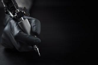 Acusan a mujer de Utah de tatuar ilegalmente a menor