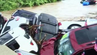 """Autos salen """"flotando"""" de concesionario tras inundación"""