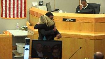 Desgarrador: abraza a expolicía que mató a su hermano