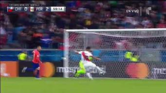 Perú casi anota el 3-0 en contragolpe de infarto