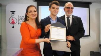 Gloria y Emilio Estefan dan beca a joven pianista español