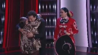 """Carlos Vives se gana el apodo de """"el besucón"""" en """"La Voz"""""""