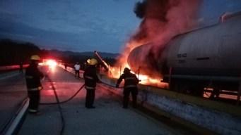 Transporte de gasolina se incendia en autopista