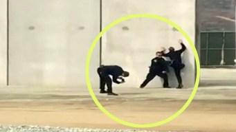 Supuestos policías simulan trepar prototipo del muro