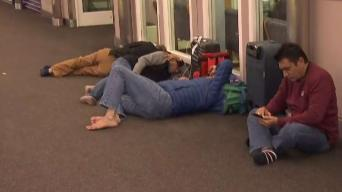 Pasajeros pasan la noche en DIA a la espera de sus vuelos