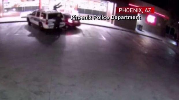 Atropella a tres policías; uno es despedido por el aire