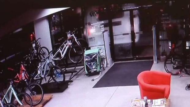 [TLMD - Denver] En cámara queda robo a tienda de bicicletas en Littleton