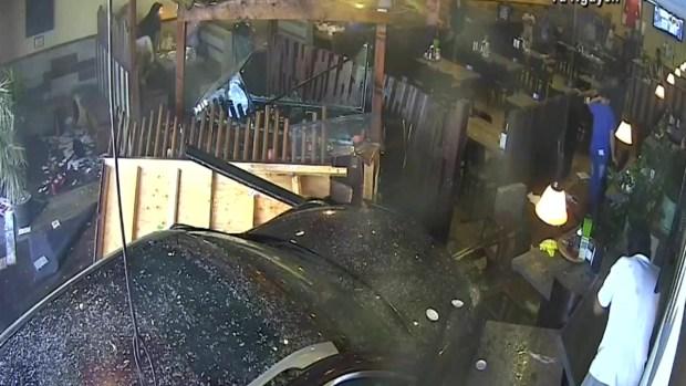 [TLMD - LV] En video: automóvil se estrella contra restaurante en San Diego