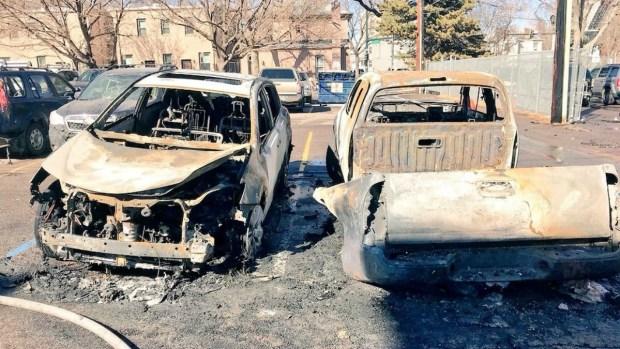 Incendio daña al menos 30 vehículos estacionados