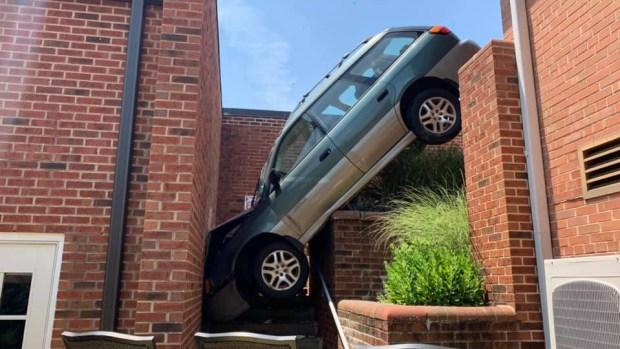 [TLMD - NATL] Increíble e insólito: auto queda atrapado entre dos edificios tras accidente