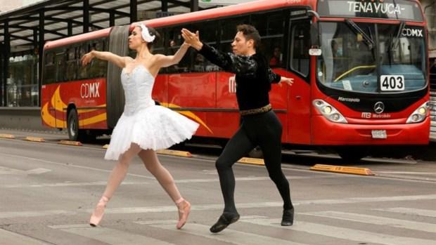 Ballet en la calle embelesa a los transeúntes