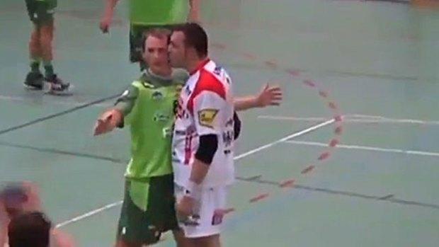 """Video: Tremendo """"agarrón"""" por beso"""
