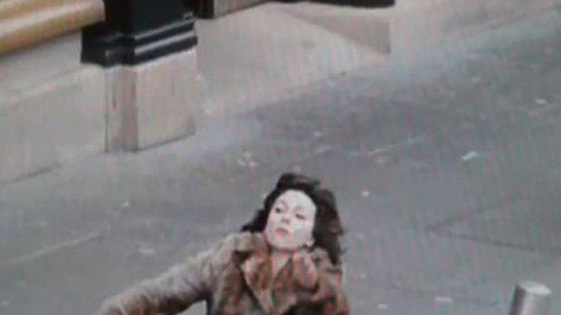 Video: La aparatosa caída de Scarlett Johansson