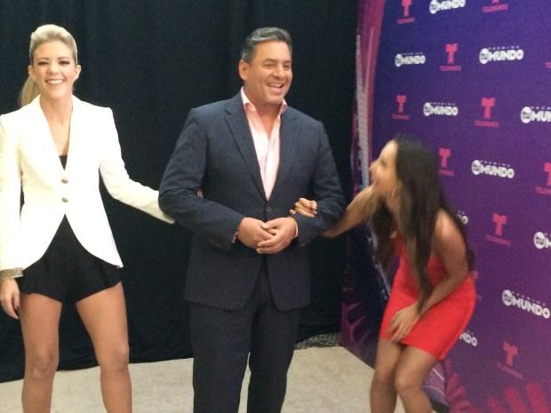 Pura risa y nervios entre los presentadores Premios Tu Mundo
