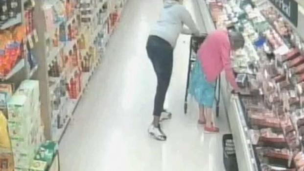 [TLMD - Bahia] En video: le roban cartera a anciana en plena tienda
