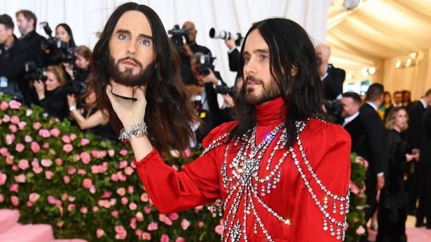 """De terror: actor y cantante va con su propia cabeza """"decapitada"""" a la Met Gala"""