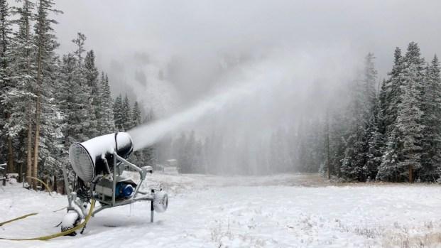Loveland Ski pone en marcha sus máquinas de nieve