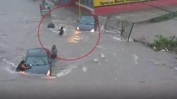 [TLMD - LV] Se la traga una alcantarilla en plena inundación
