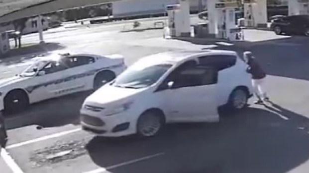 [TLMD - LV] Salvada por un policía: casi termina atropellada por su propio auto