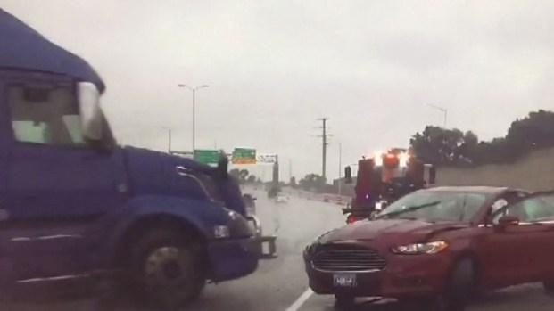 Impactante: el instante en que camión pierde el control y choca contra grúa