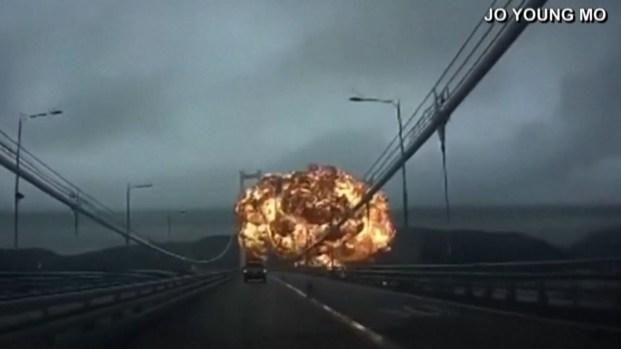 [TLMD - NATL] Captan en video momento de dramática explosión de barco petrolero